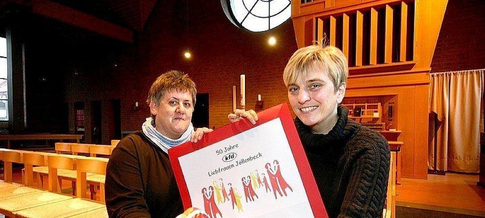 Marlies Lücking und Manuela Horst (von links) freuen sich, dass so viele Mitglieder bei den Vorbereitungen zur Jubiläumsfeier geholfen haben. Die Messe beginnt um 17.30 Uhr. | © FOTO: SYLVIA TETMEYER